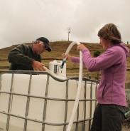 Geoff et Laura remplissent la cuve