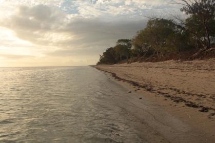 couché du soleil sur la plage de Poé