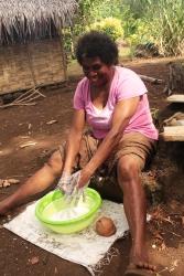 Dorothy prepare du lait de coco