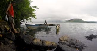 Pirogue sur le lac Letas