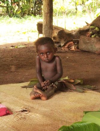 petite fille timide en feuillage - Fanafo