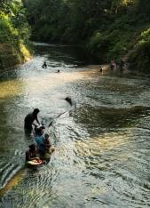 Femmes lavant le linge dans la rivière - Fanafo