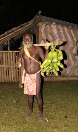 homme portant un régime de bananes - Fanafo