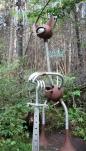 Sculpture de fer et sentier en forêt